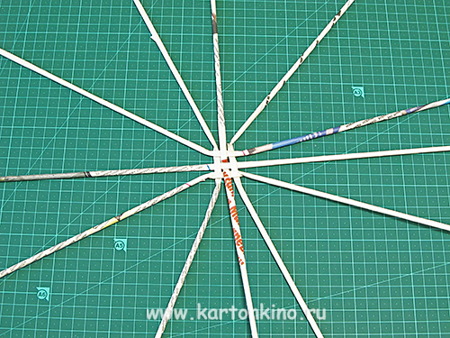 Точно так же наращивается и трубочка, из которой будет сделана спираль паутины.